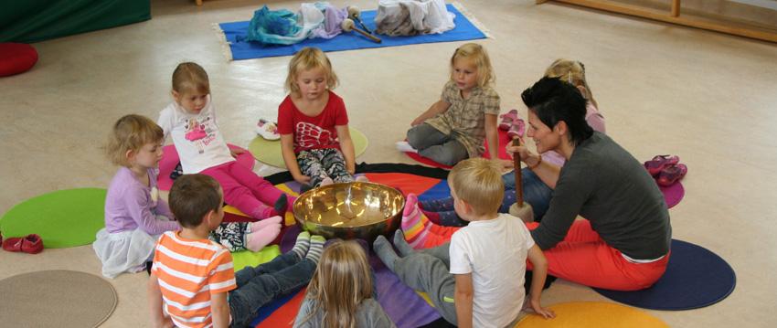 Klangpädagogik Kinderrunde um eine XL Klangschale