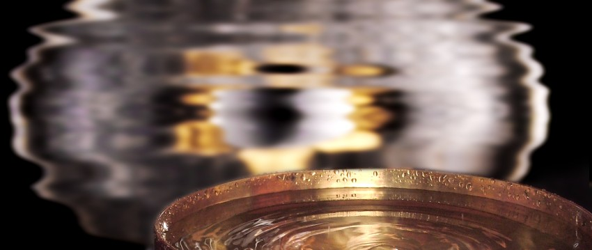 Gong und Klangschale mit Wasser